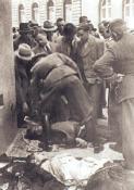 K. Čurda (třetí zprava) pomáhá K. H. Frankovi sidentifikací mrtvých